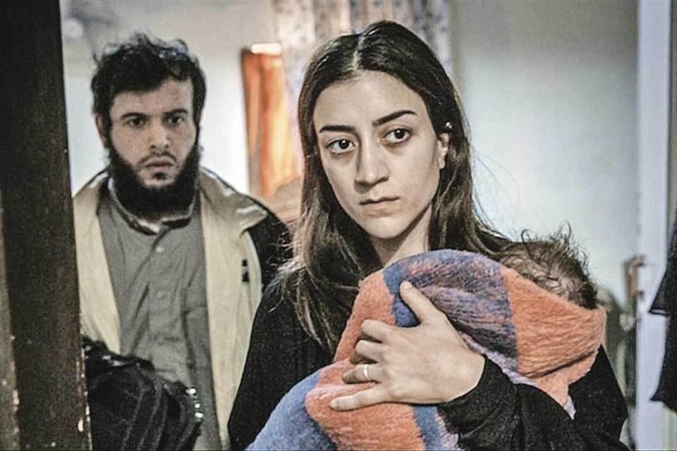 Героиня актрисы Гизем Эрдоган всегда готова помочь органам и вывести врагов на чистую воду. Фото: Кадр из фильма