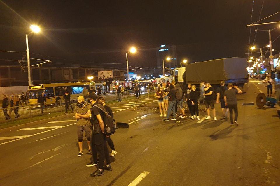 Вряд ли обычный мирный протестующий способен сгоряча взять и захватить огромный грузовик. Тем более, с оружием в руках.