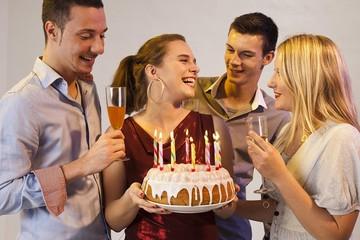 Что подарить девушке на 20 лет: идеи необычных подарков