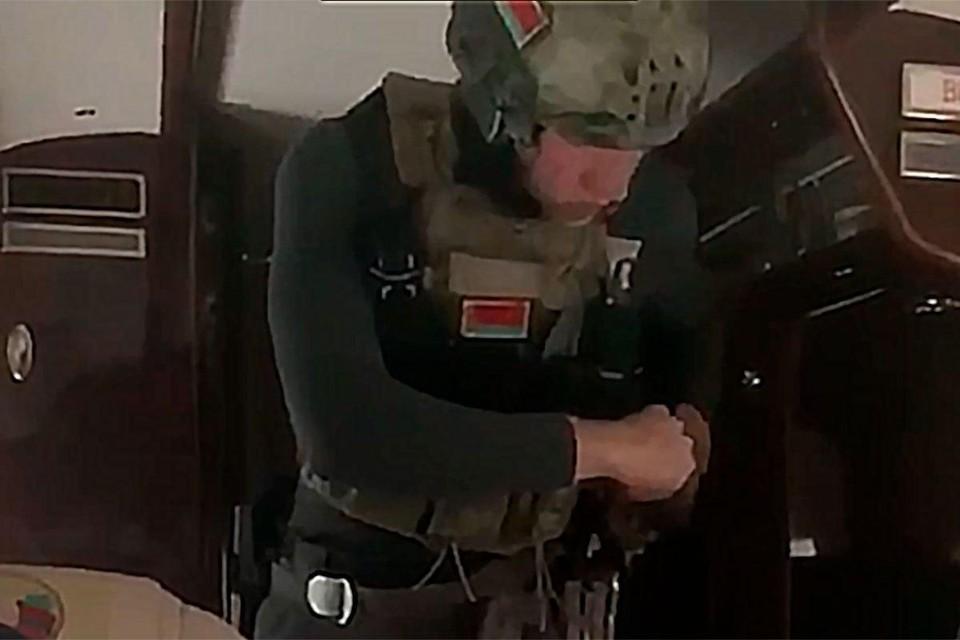 Опубликовано видео Коли Лукашенко в бронежилете в вертолете над Минском. Фото: кадр из видео