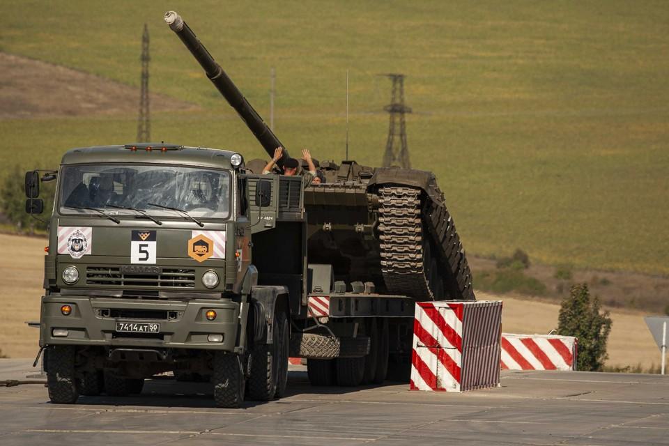 Соревнования на быстроту эвакуации танка.
