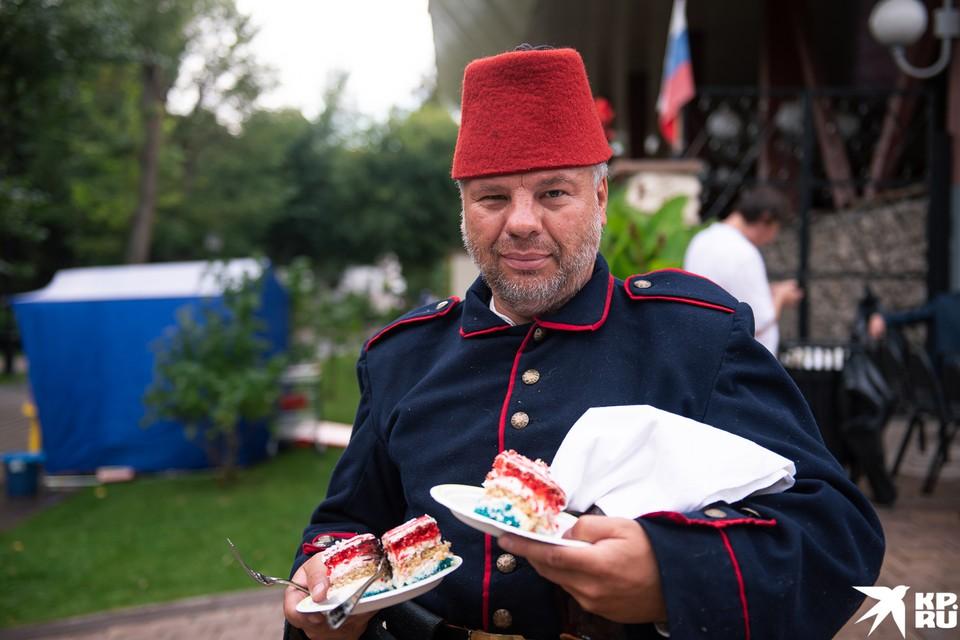 Гостей фестиваля порадовали историческими костюмами, концертами и большим тортом