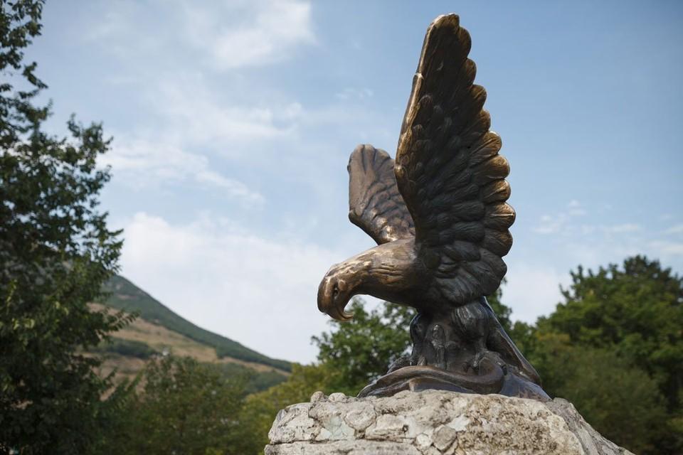 Орёл побеждающий змею - символ КМВ