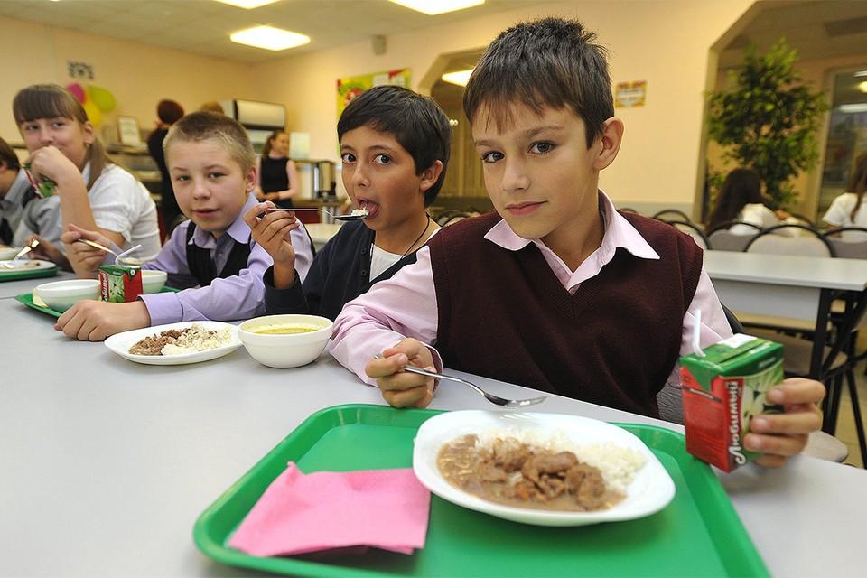 С 1 сентября учащихся начальных классов в школах должны кормить бесплатно.