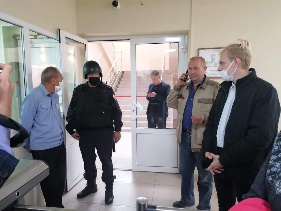 Вот такой прием журналистам и общественникам оказали на входе в минприроды, где проводили, казалось бы, открытые общественные слушания.