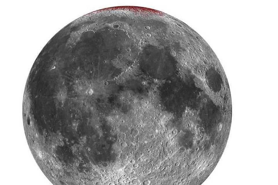 Больше всего ржавчины (красные пятна) на лунных полюсах.