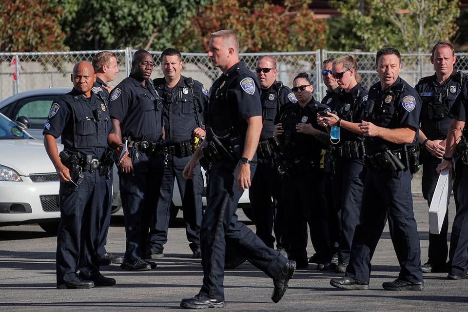 Представители антирасистского движения Black Lives Matter (BLM) обвинили правоохранителей в том, что они скрывают жетоны с именами, которые должны быть на их мундирах.
