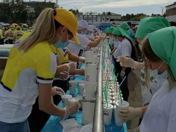 Рекорд России: Семь тысяч литров молочного коктейля приготовили на площади в городке под Иркутском