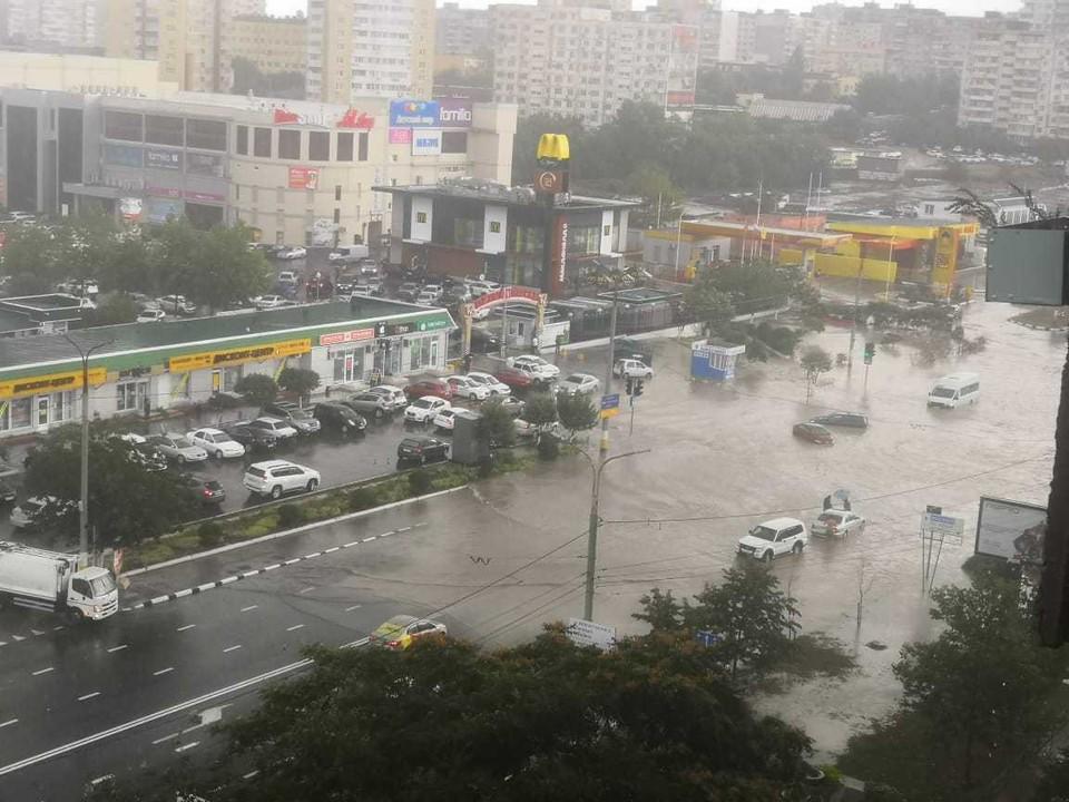 На Новороссийск обрушился залповый ливень. Фото: Леонид Зотов