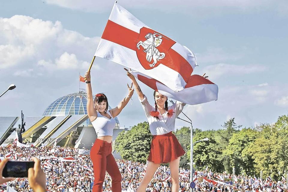 Эмоционально такое фото сильно действует на восприятие: красивые девушки с флагом, но давайте вспомним историю этого флага.