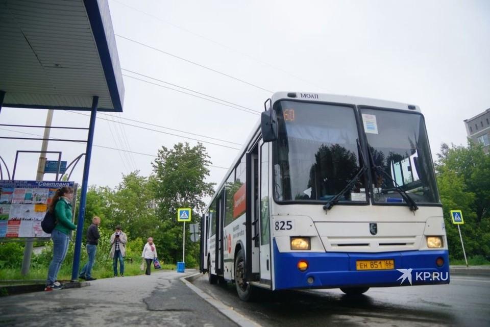Власти города планируют заключать контракты с компаниями-перевозчиками, чтобы автобусы не гонялись за пассажирами, а ездили согласно расписанию.
