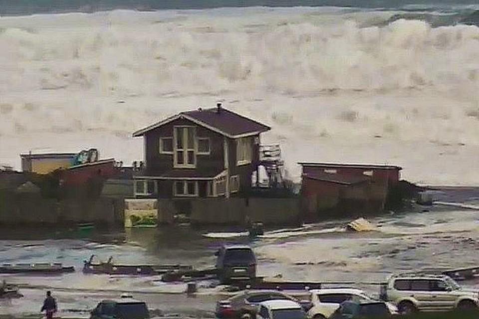 Огромные волны обрушились на побережье Хасанского района