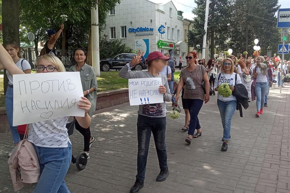 Нередко в колоннах протестующих можно увидеть подростков.