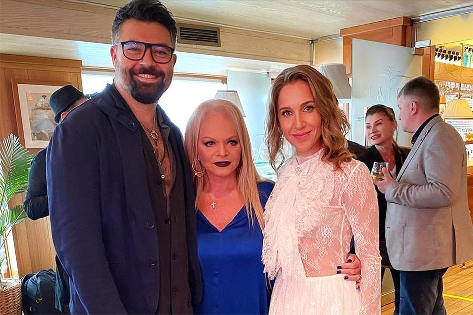 Именинница выбрала для празднования юбилея платье главного цвета 2020 года. Лариса Долина с гостями Юлией Ковальчук и Алексеем Чумаковым.