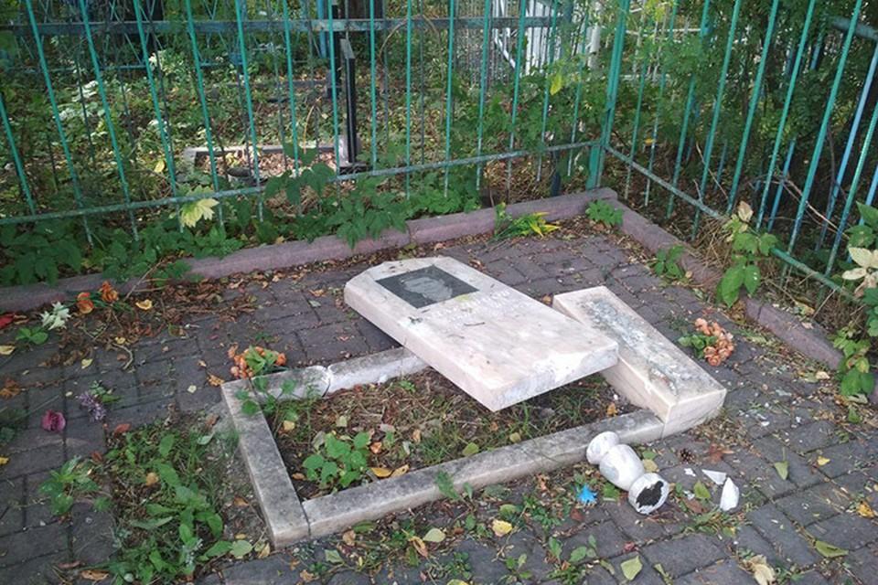 Родные недоумевают, кто и зачем пришел на кладбище и разбил памятники похороненных тут людей.