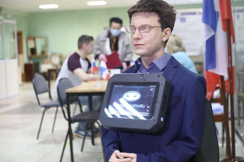 Робот Юра дежурит на выборах.