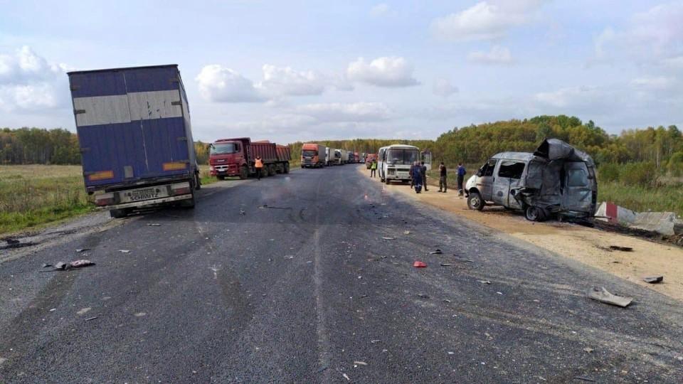Несущаяся по трассе фура смяла «Газель» и насмерть задавила двух человек. Фото: ГИБДД 24.