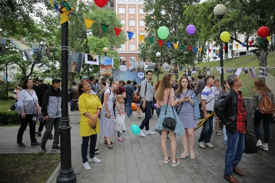 Во Владивостоке проходит фестиваль «В_город», но без парада выпускников.