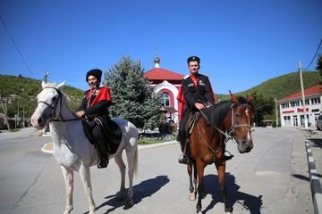Верхом – на выборы: в Геленджике два казака прибыли на избирательный участок на конях