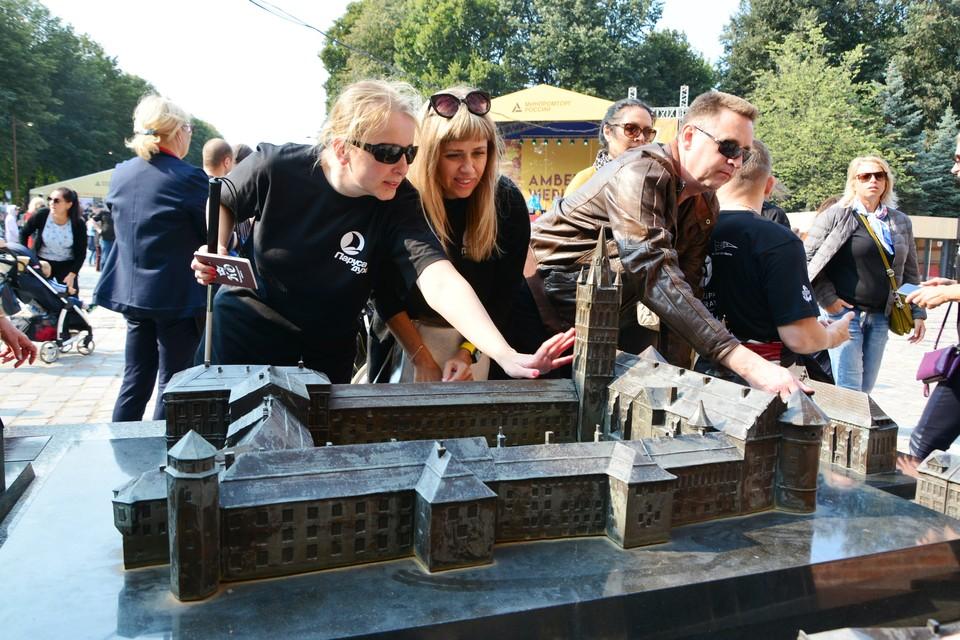 На острове Канта незрячие гости Калининграда с интересом изучили макеты исторических памятников Кёнигсберга.