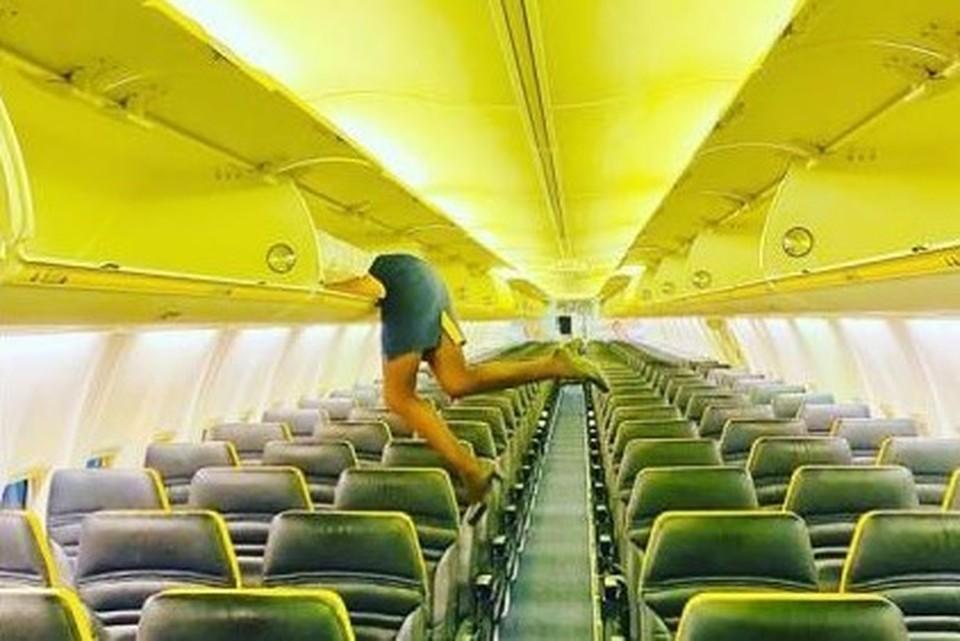 Стюардесса поразила пользователей Сети необычным фото на борту самолета. Фото: Инстаграм