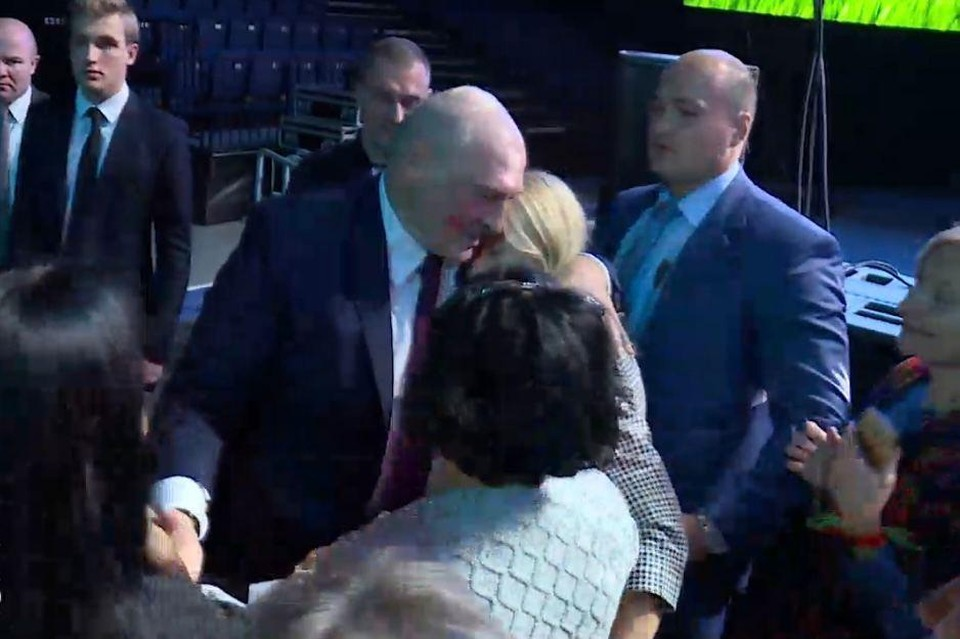 Лукашенко поцеловали на женском форуме
