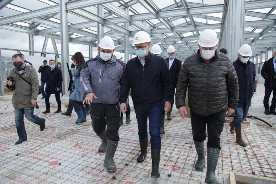 Алексей Текслер на контроле держит темпы возведения больницы. Фото: gubernator74.ru