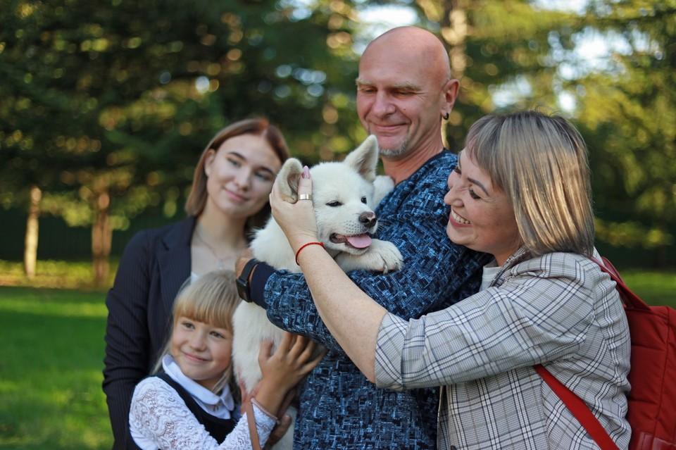 Губернатор подарил семьям породистых щенков.