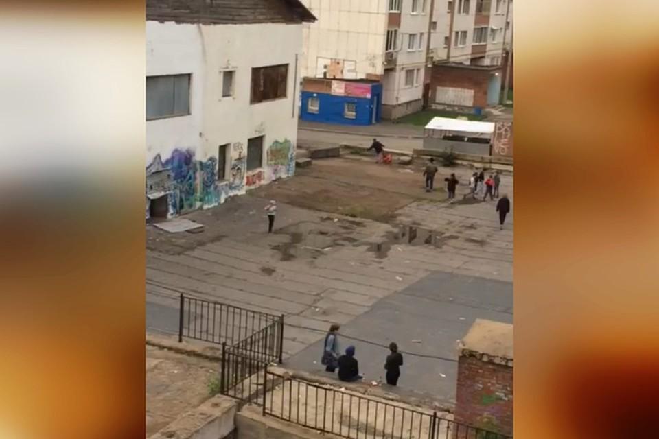 Местные жители каждый день наблюдают как молодежь или бомжи распивают алкоголь и горлопанят под окнами. Фото: соцсети