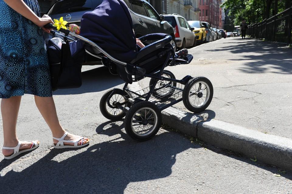 Девочка сидела в открытой коляске без еды, воды и игрушек