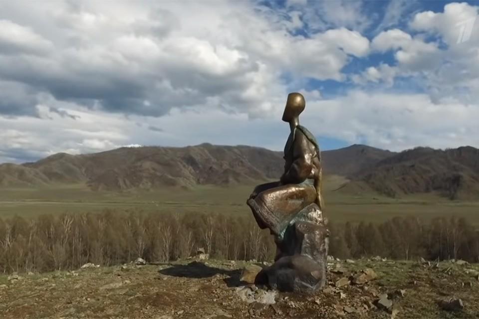 Одна из достопримечательностей Республики Алтай - мальчик с сусликом