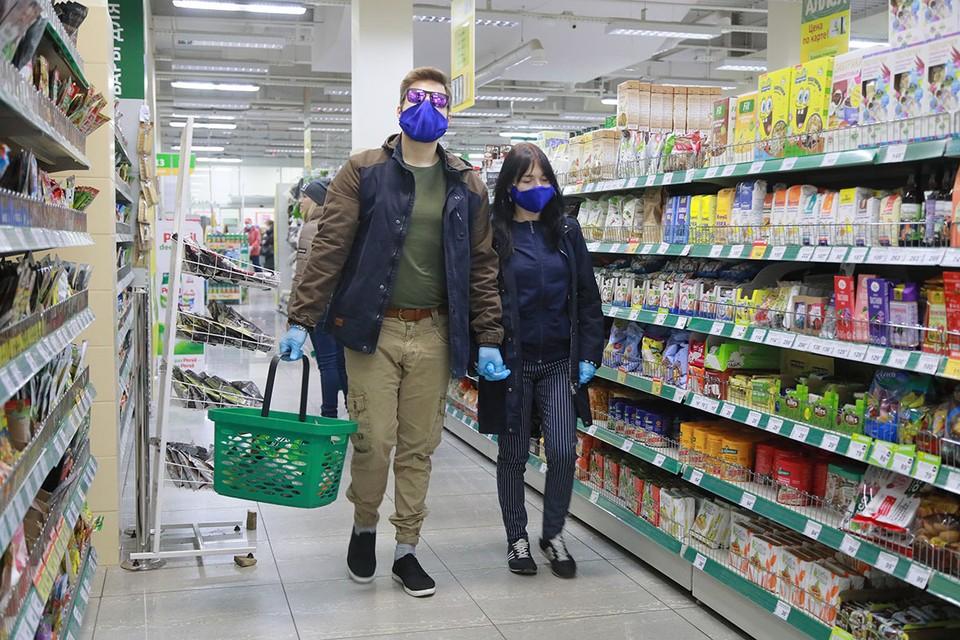 Несмотря на то, что на дверях каждого магазина висят предупреждения о необходимости носить маску, на кассах то и дело скандалы – кассиры отказываются обслуживать клиентов без средств защиты, а те настаивают.