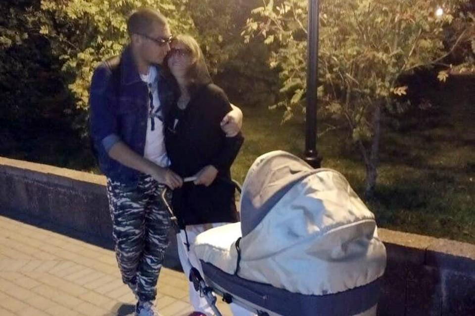На этом фото счастливая мама с другом на прогулке с новорожденным сыном