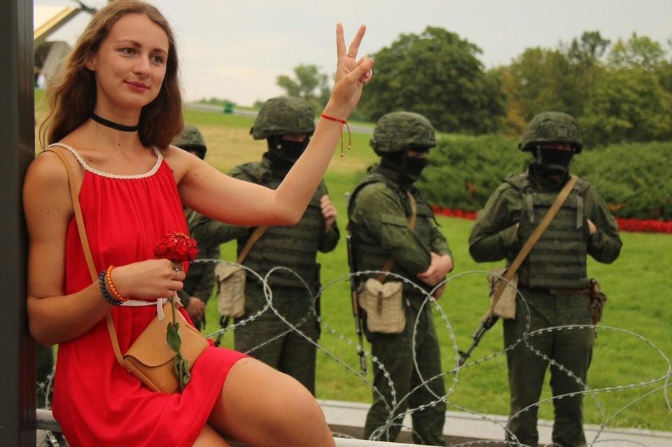 Чаще всего участники митингов в Белоруссии - женщины.