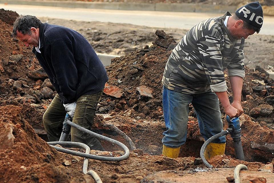 Коммунальщики вынужденно отложили работы по замене труб, пока устраняли засор канализации.