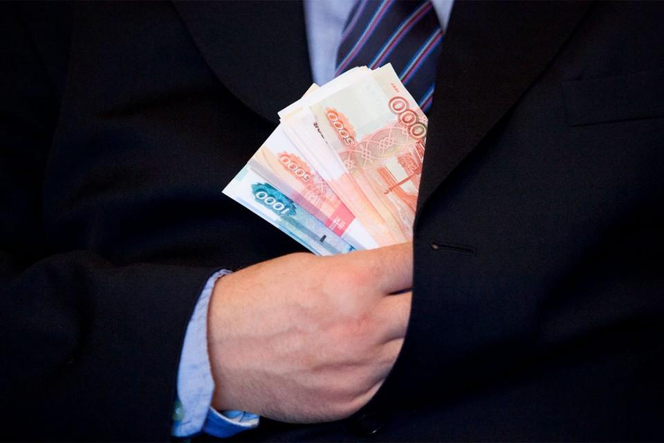 Депутат выписал своему помощнику премии на 2 млн рублей, и забрал их себе