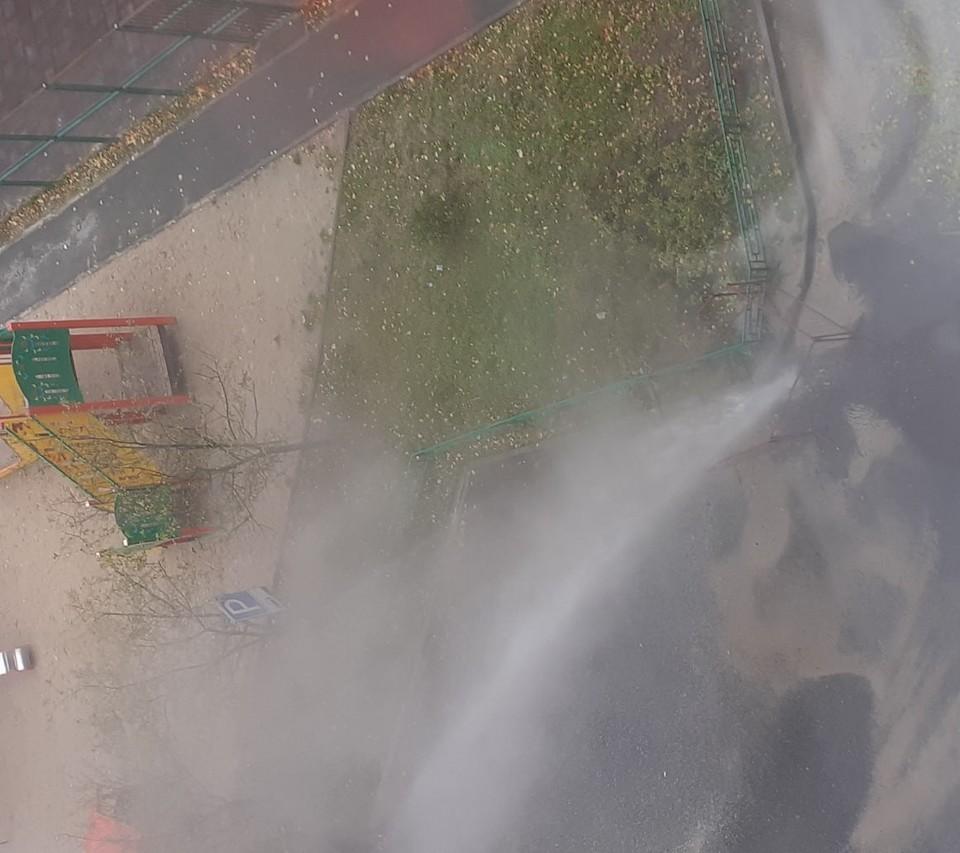 В Тюмени на Стахановцев забил «фонтан» из кипятка. Фото: Денис Родин