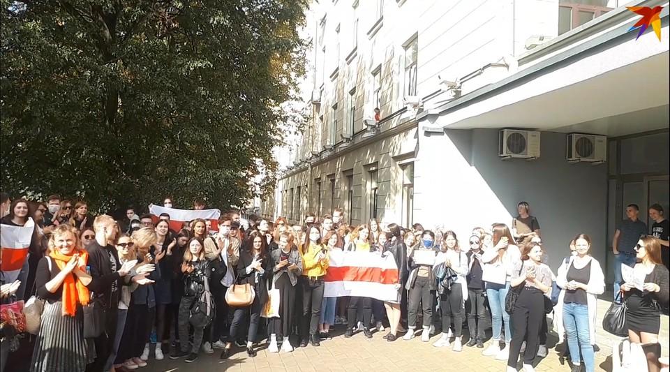 Студенты и преподаватели по-прежнему выходят на мирные протесты.