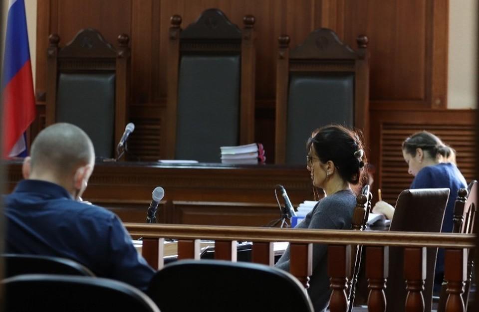 Елена Белая (в центре) и Элина Сушкевич (справа) в зале Калининградского областного суда.