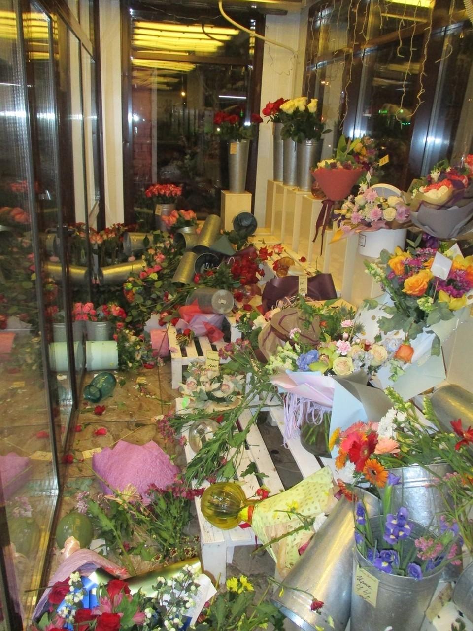 Дебошир испортил все цветы, которые были в магазине.