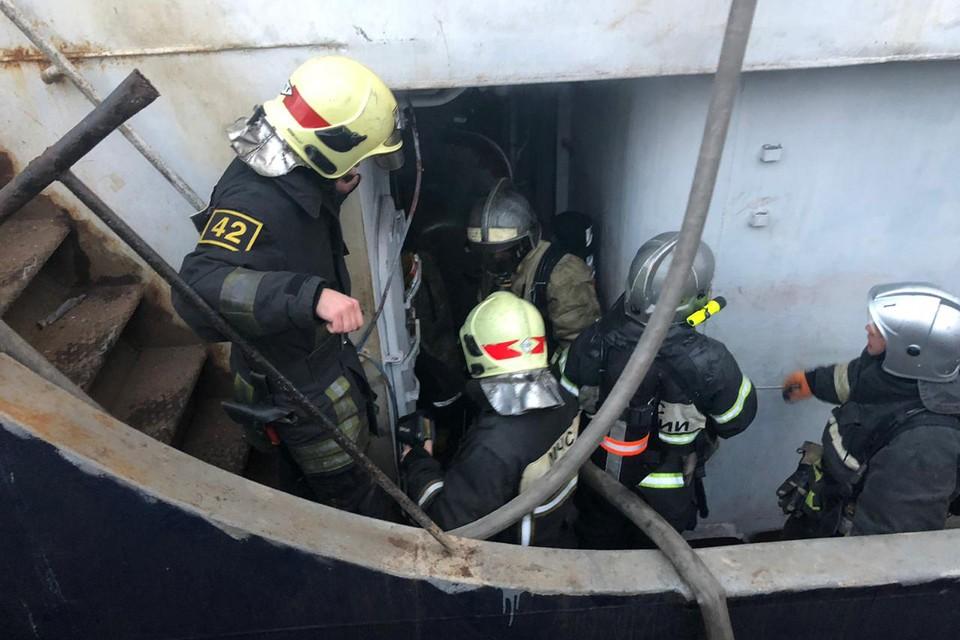 Пожар на судне тушили 26 огнеборцев. Фото: Пресс-служба МЧС по Мурманской области