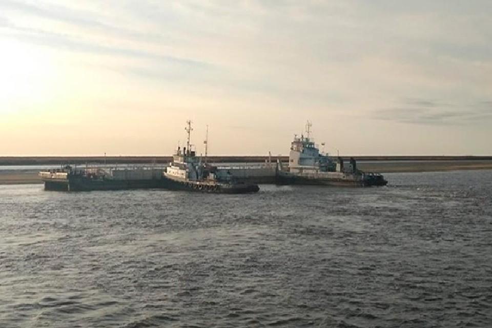 На Ямале нефтяная баржа получила пробоину, столкнувшись с теплоходом