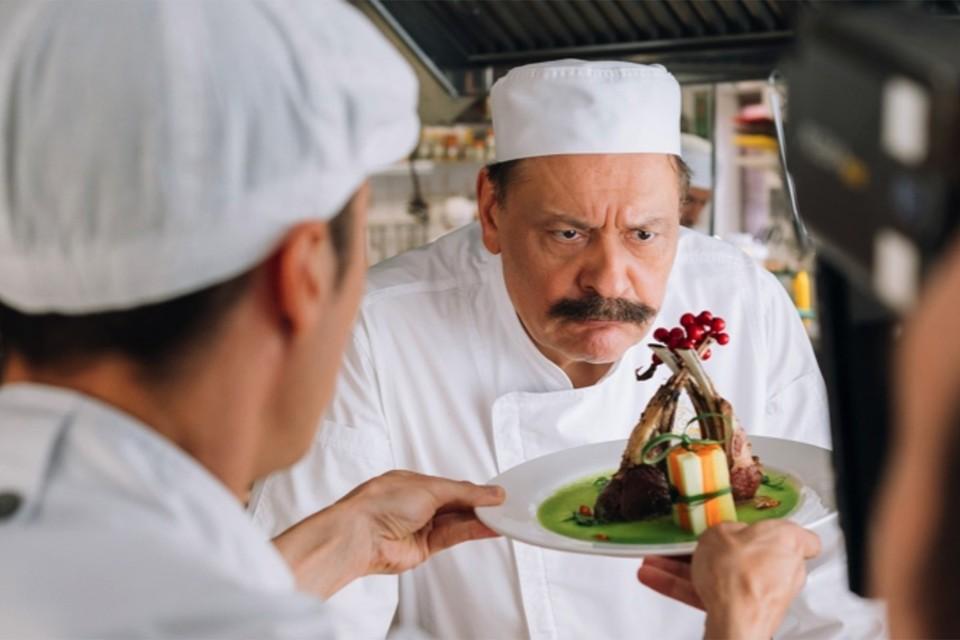 Нагиев носит паранджу, Баринов продает отель, Епифанцев играет Епифанцева: вышел последний сезон «Кухни»