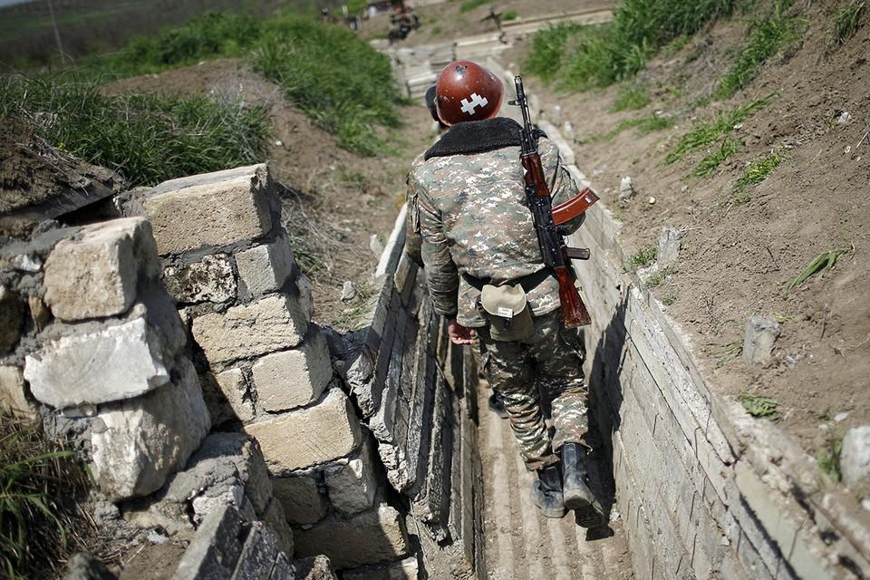 Боец армии Нагорного Карабаха отправляется на позицию.