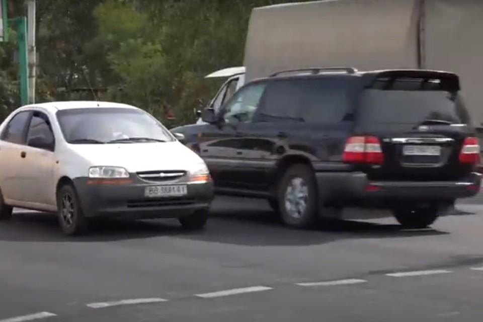 Все машины в ЛНР должны иметь республиканские номера. Фото: Скриншот видео МВД ЛНР