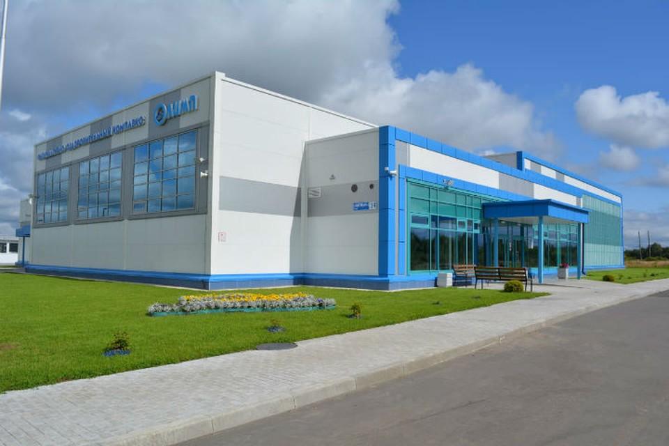 В здании есть два бассейна длиной 25 и 10 метров, зал для сухого плавания и тренажерный зал