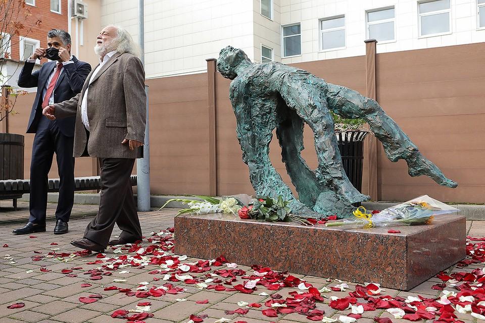 Скульптор Григорий Потоцкий и его памятник Сергею Есенину. Фото: АГН МОСКВА