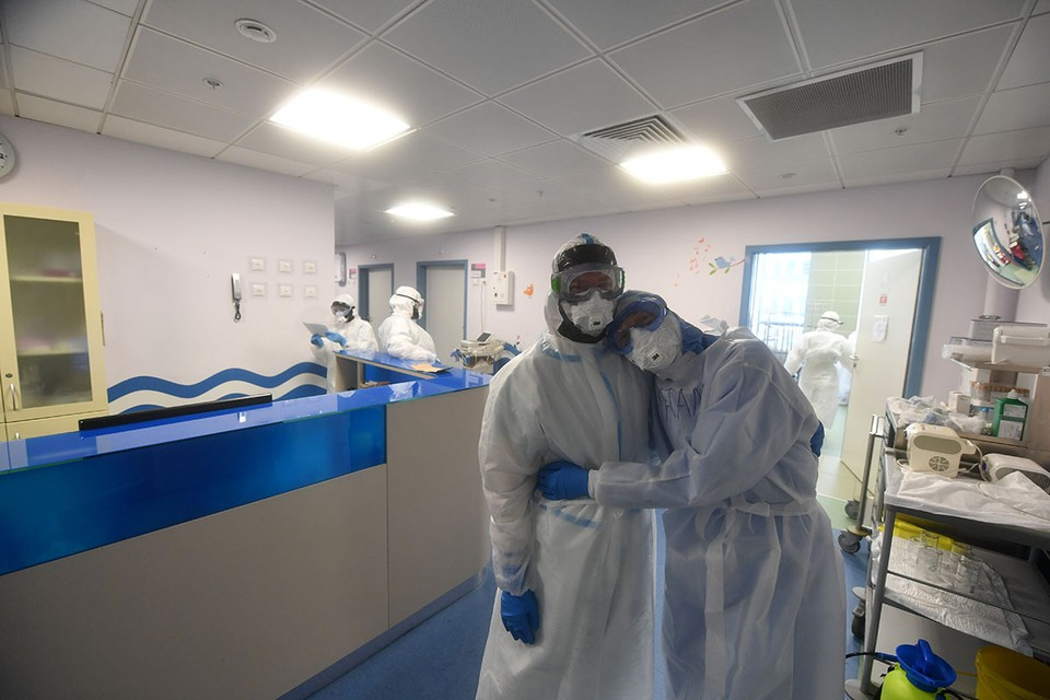 Кабмин выделил более 11 млрд рублей на выплаты борющимся с коронавирусом медикам.