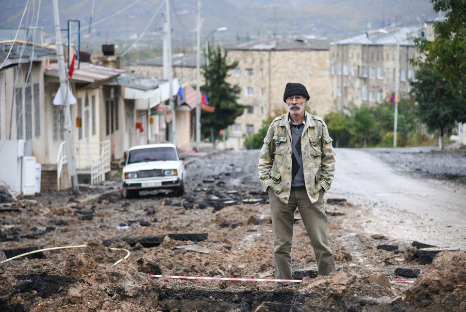 Житель Степанакерта у пострадавших зданий города.