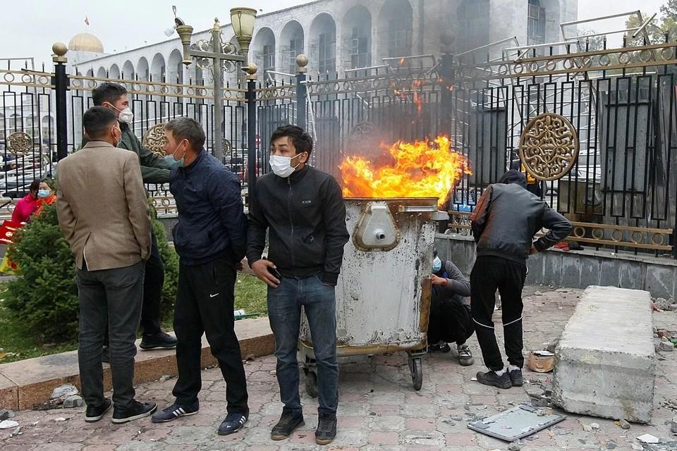 Президент Киргизии вводит режим ЧП на территории Бишкека